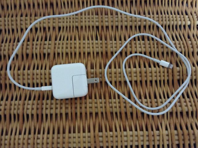 iPad Air 2[整備済製品]開封・電源とライトニングケーブルをさした様子