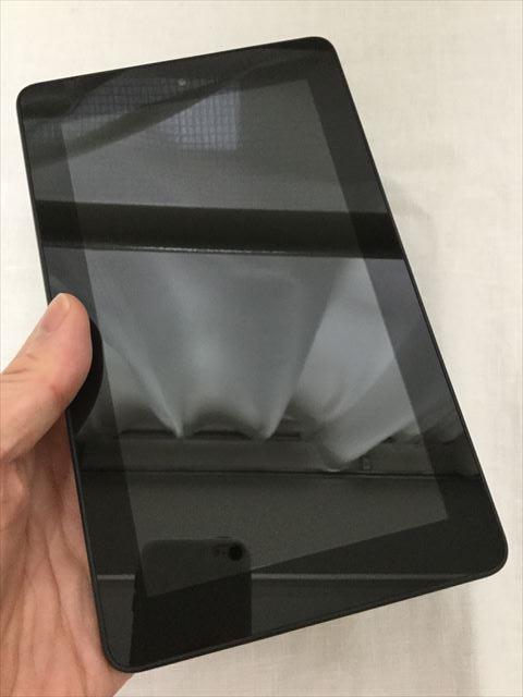 Amazon「Fire Tablet 8GB」本体を手に取った様子