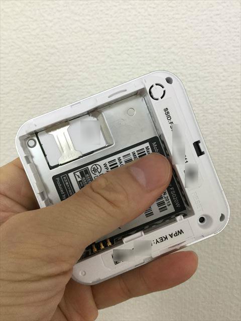 スマモバ「+F FS020W」SIMカードの取り付け