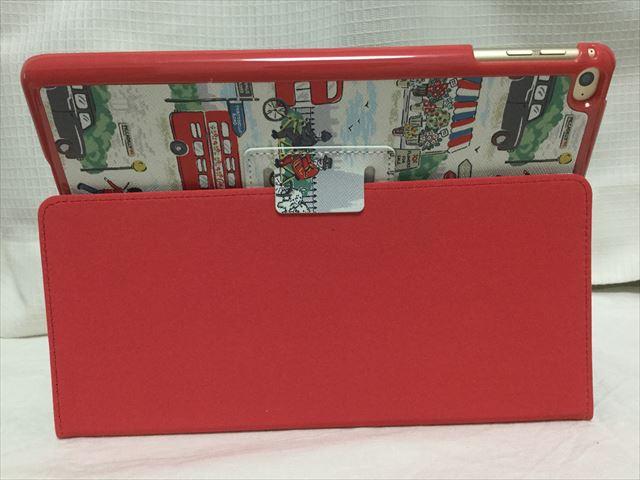 キャスキッドソンのiPad Air2ケース「ロンドンストリート」を横に立てられる。裏側の支え