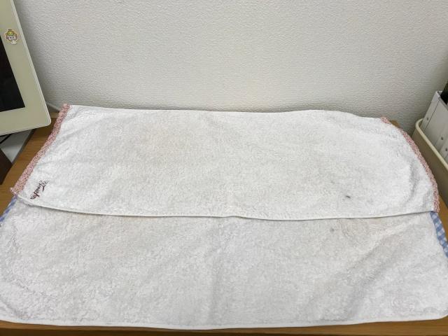 パソコン机にタオルを数枚置いた様子