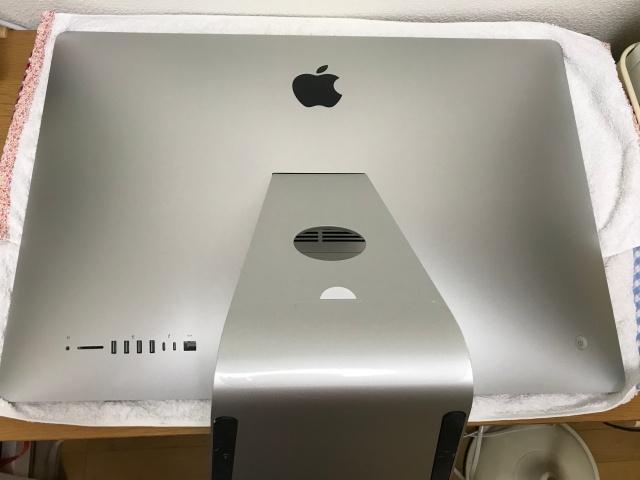 タオルの上に iMac27インチを画面が下になるように置いた様子
