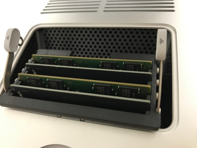 iMac27インチのメモリスロットに4枚のメモリが入った様子