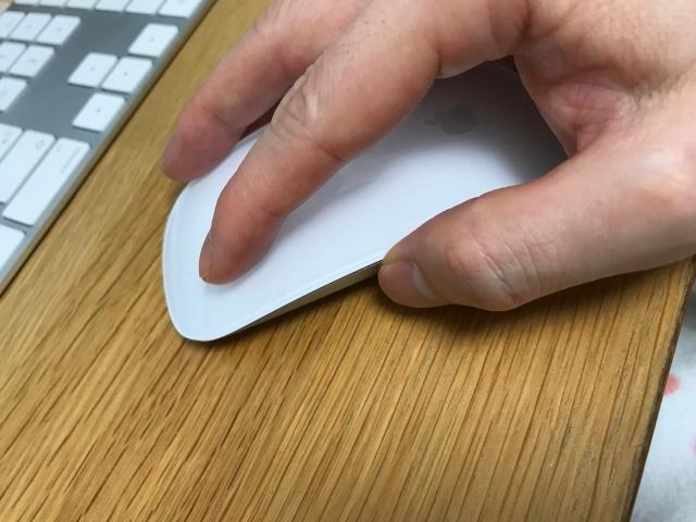Magic Mouse2(マジックマウス2)を使っている様子