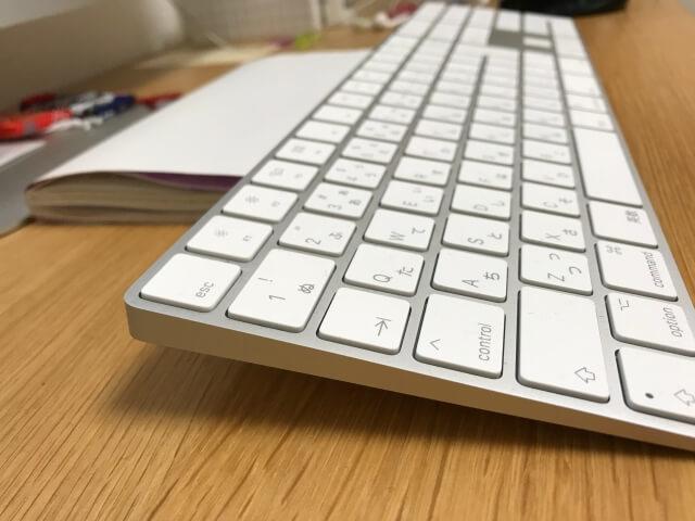 マジックキーボード(Magic Keyboard)に角度をつけるため前方下に本を敷いた