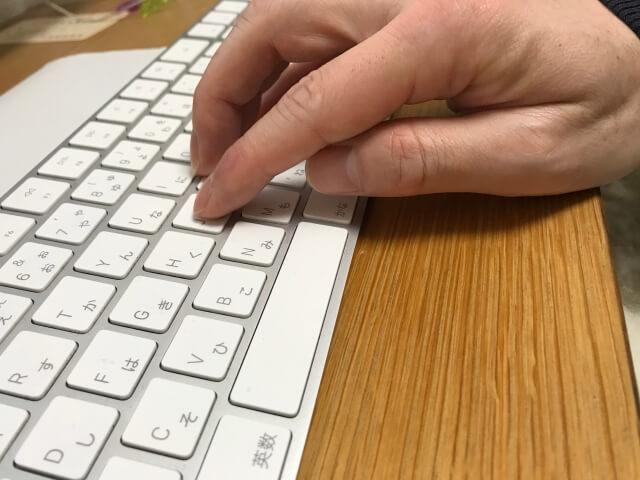 マジックキーボード(Magic Keyboard)に角度をつけるため前方下に本を敷いてキー入力している
