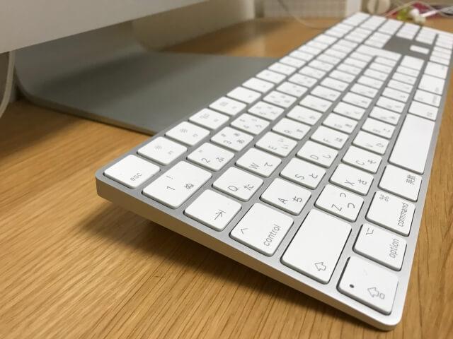 マジックキーボード(Magic Keyboard)に100均で買った「コードクリップ」を2箇所取り付けたことで角度がついた