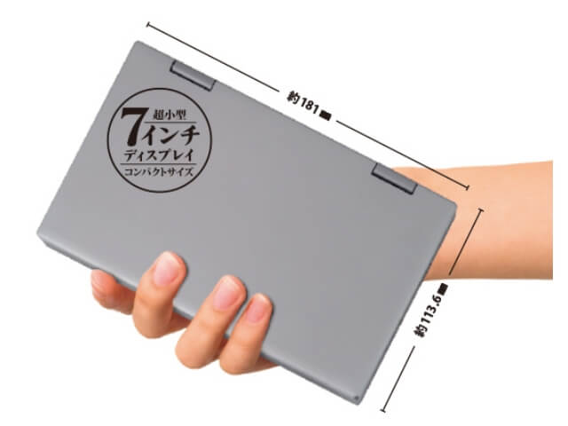 ドンキホーテの2021年版ノートPC「NANOTE P8」(UMPC-02-SR)を手に持った様子