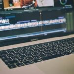 MacBookでPremiere Proを使った映像編集をしている様子